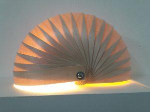 lampe à poser en forme de demi nautile en lames de bois fin