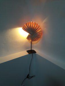 lampe bois Nautilo,lames de bois,montée sur pied métal,design,ambiance
